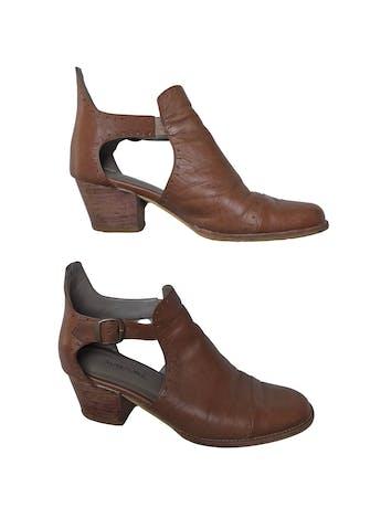 Zapatos artesanales Warmi 100% cuero, correa al tobillo, taco grueso 5cm. Tienen signos de uso pero el diseño es hermoso y el material muy duradero. Precio original estimado S/ 299 foto 1