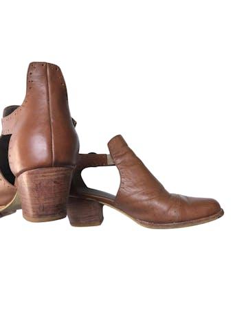 Zapatos artesanales Warmi 100% cuero, correa al tobillo, taco grueso 5cm. Tienen signos de uso pero el diseño es hermoso y el material muy duradero. Precio original estimado S/ 299 foto 3