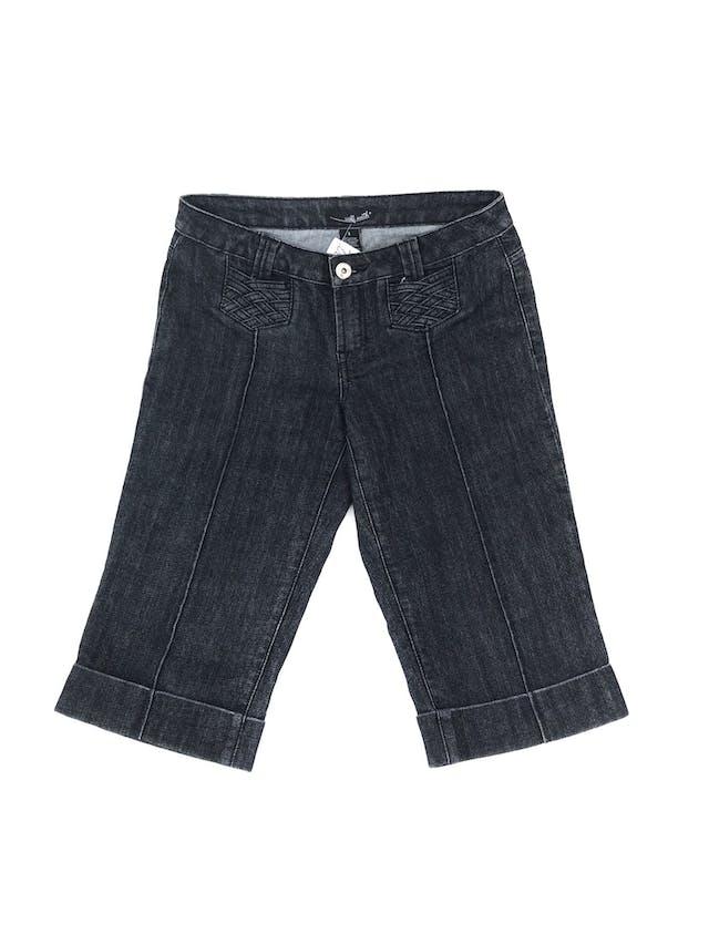 Capri denim gris oscuro con textura trenzada en bolsilllos. Pretina 80cm Largo 65cm foto 1