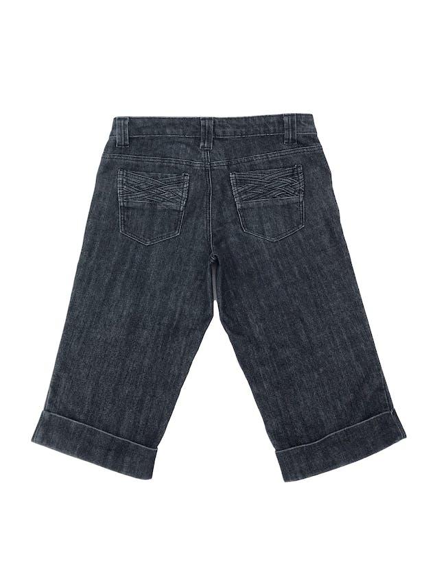 Capri denim gris oscuro con textura trenzada en bolsilllos. Pretina 80cm Largo 65cm foto 2