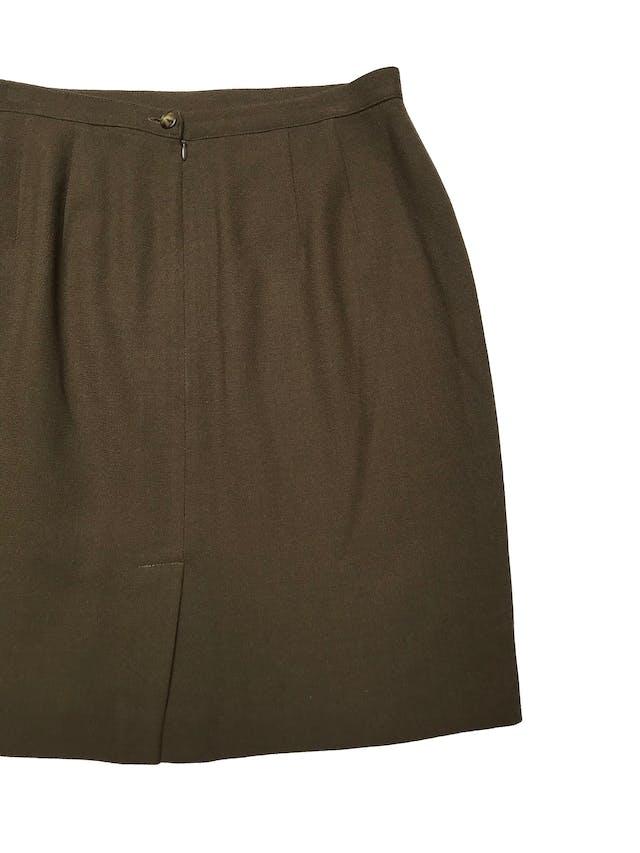 Falda 100% lana, forrada, con cierre y botón posterior. Cintura 82cm Largo 55cm  foto 2