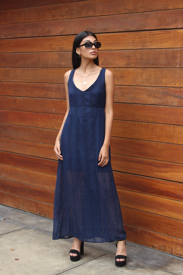 Vestido de gasa azul con texturas, forro sobre la rodilla, corte debajo del busto y cierre en la espalda Talla M foto 1
