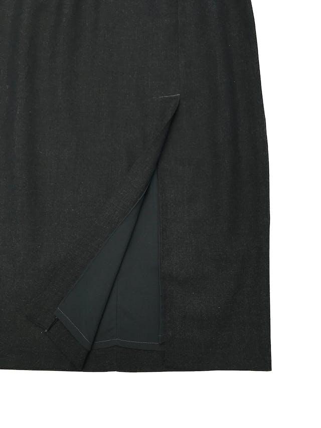 Falda vintage midi, sastre gris con abertura delantera, tiene forro, cierre y botón posteriores. Cintura 78cm Largo 80cm  foto 2