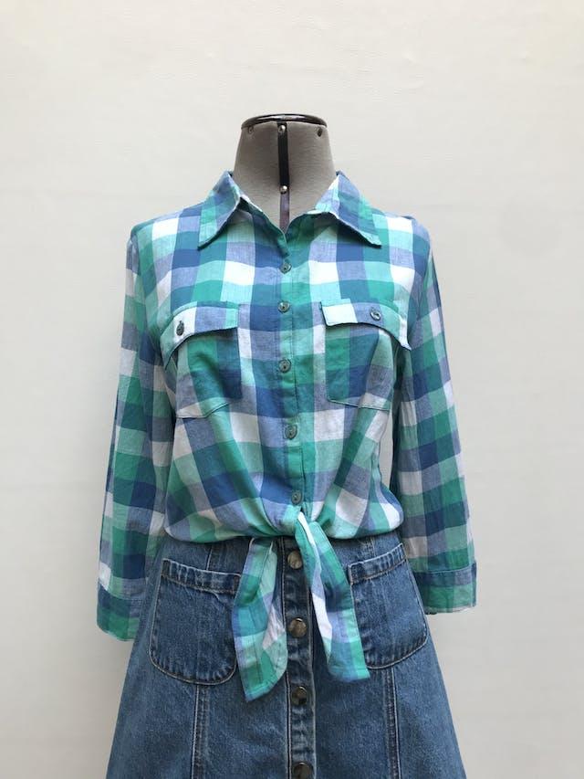 Blusa corta a la cintura, 100% algodón a cuadros en tonos azules, bolsillos en el pecho, elástico posterior y se amarra  adelanteTalla S (puede ser M chico) foto 1