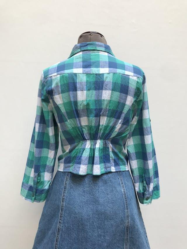 Blusa corta a la cintura, 100% algodón a cuadros en tonos azules, bolsillos en el pecho, elástico posterior y se amarra  adelanteTalla S (puede ser M chico) foto 2
