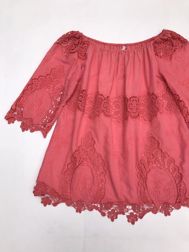 Blusa coral con aplicaciones de encaje y bordado, es suelta foto 3