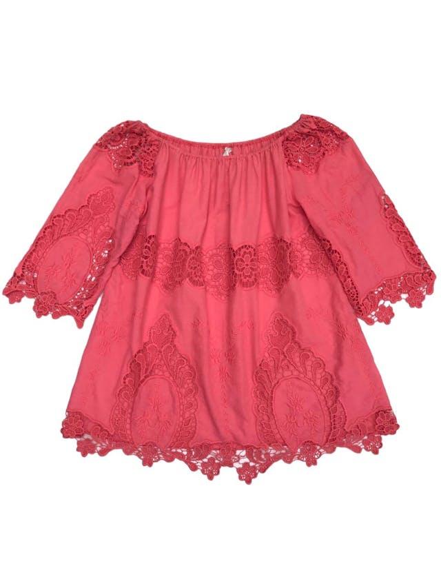 Blusa coral con aplicaciones de encaje y bordado, es suelta foto 1
