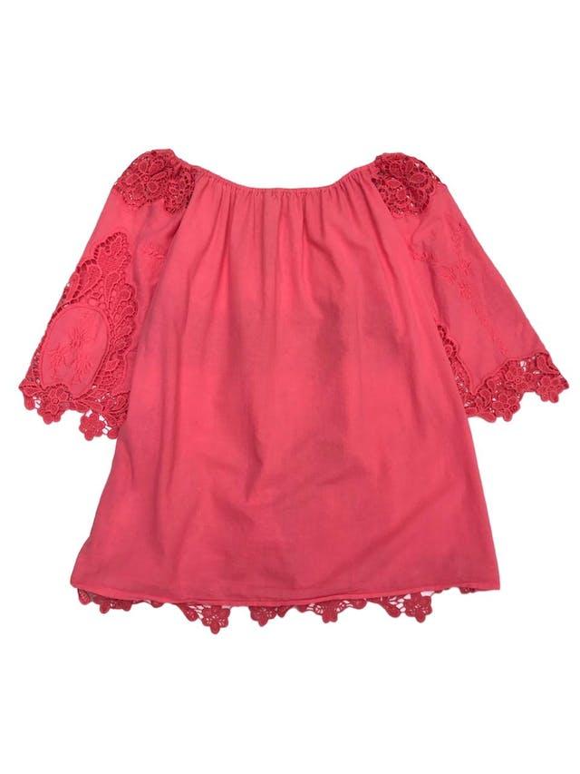 Blusa coral con aplicaciones de encaje y bordado, es suelta foto 2