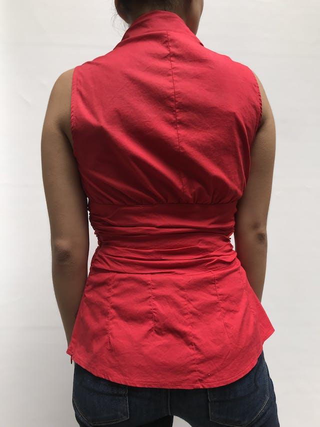 Blusa roja de algodón tipo camisa, escote en V con bordados, franja drapeada en la cintura y cierre lateral Talla S foto 2