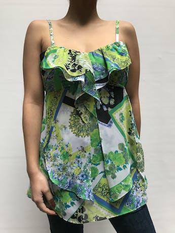 Blusa Moda & CIA  con estampado  barroco y flores en tonos verdes y celestes, tiritas regulables, detalle de plisados y volantes.  Talla XS foto 1