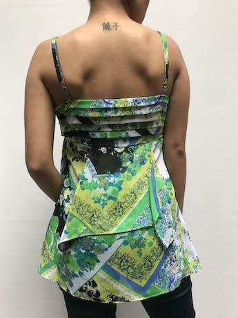 Blusa Moda & CIA  con estampado  barroco y flores en tonos verdes y celestes, tiritas regulables, detalle de plisados y volantes.  Talla XS foto 2