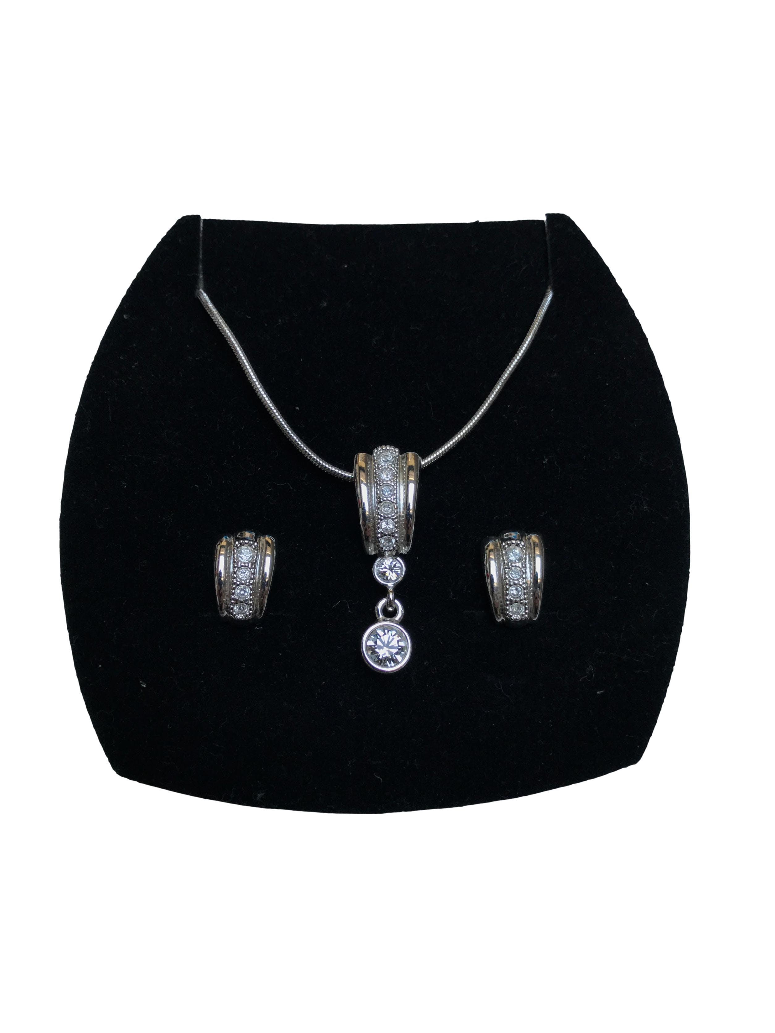 Set Finart de aretes y collar plata con aplicaciones diamante. En perfecto estado.