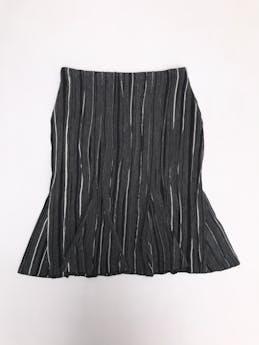 Falda tipo lanilla gris con líneas blancas y negros, costuras en relieve, corte sirena con cierre lateral. Pretina 76cm largo 64cm foto 1
