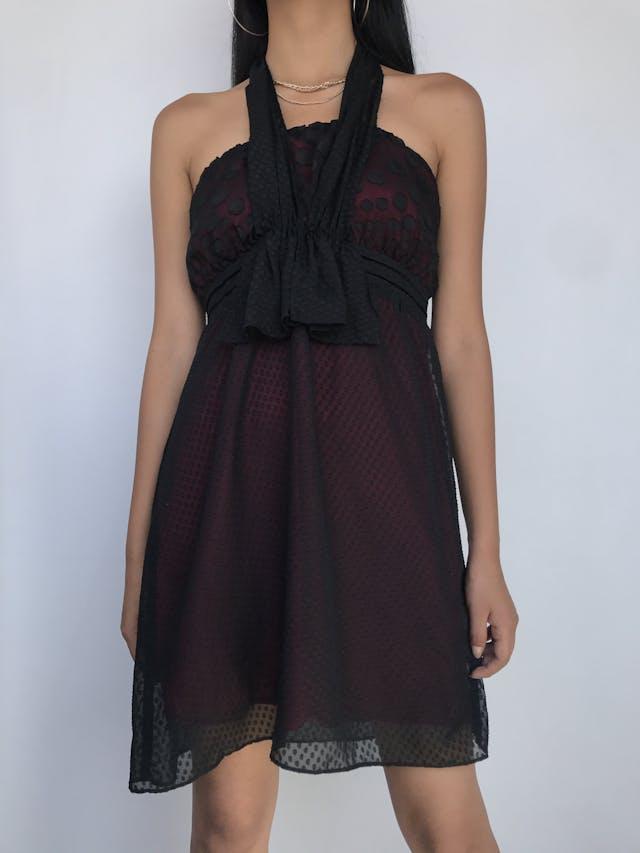 Vestido strapless de gasa negra con polka dots en relieve y textura en la falda, lleva forro rojo Talla M  foto 1