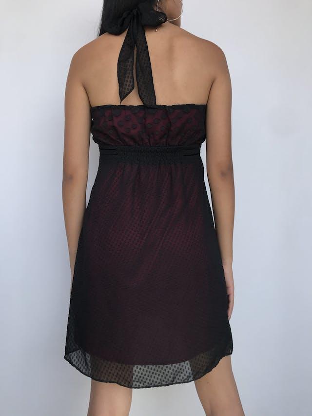 Vestido strapless de gasa negra con polka dots en relieve y textura en la falda, lleva forro rojo Talla M  foto 2