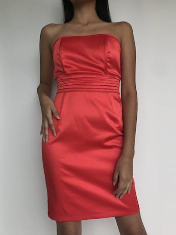 Vestido strapless rojo satinado, pretina plisada y cinto para amarrar en la espalda, cierre posterior  Talla S foto 2