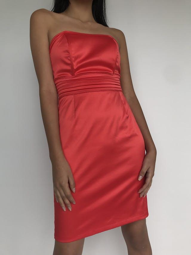 Vestido strapless rojo satinado, pretina plisada y cinto para amarrar en la espalda, cierre posterior  Talla S foto 1