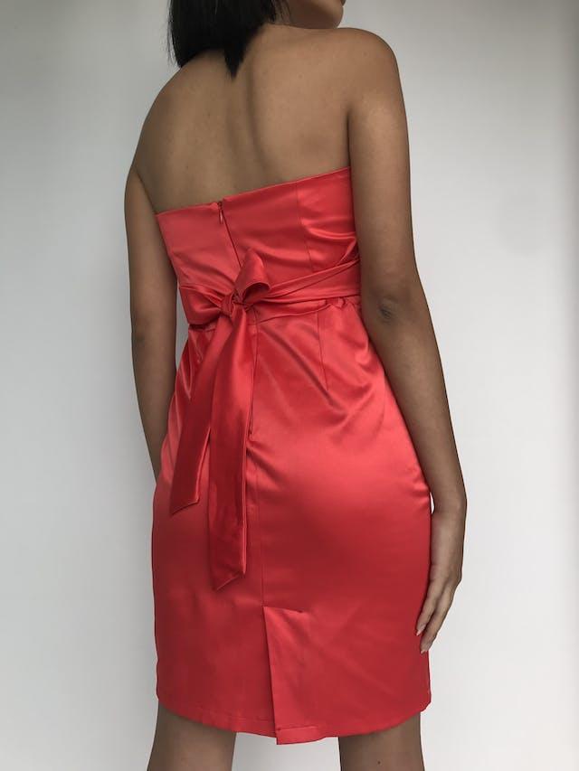 Vestido strapless rojo satinado, pretina plisada y cinto para amarrar en la espalda, cierre posterior  Talla S foto 3