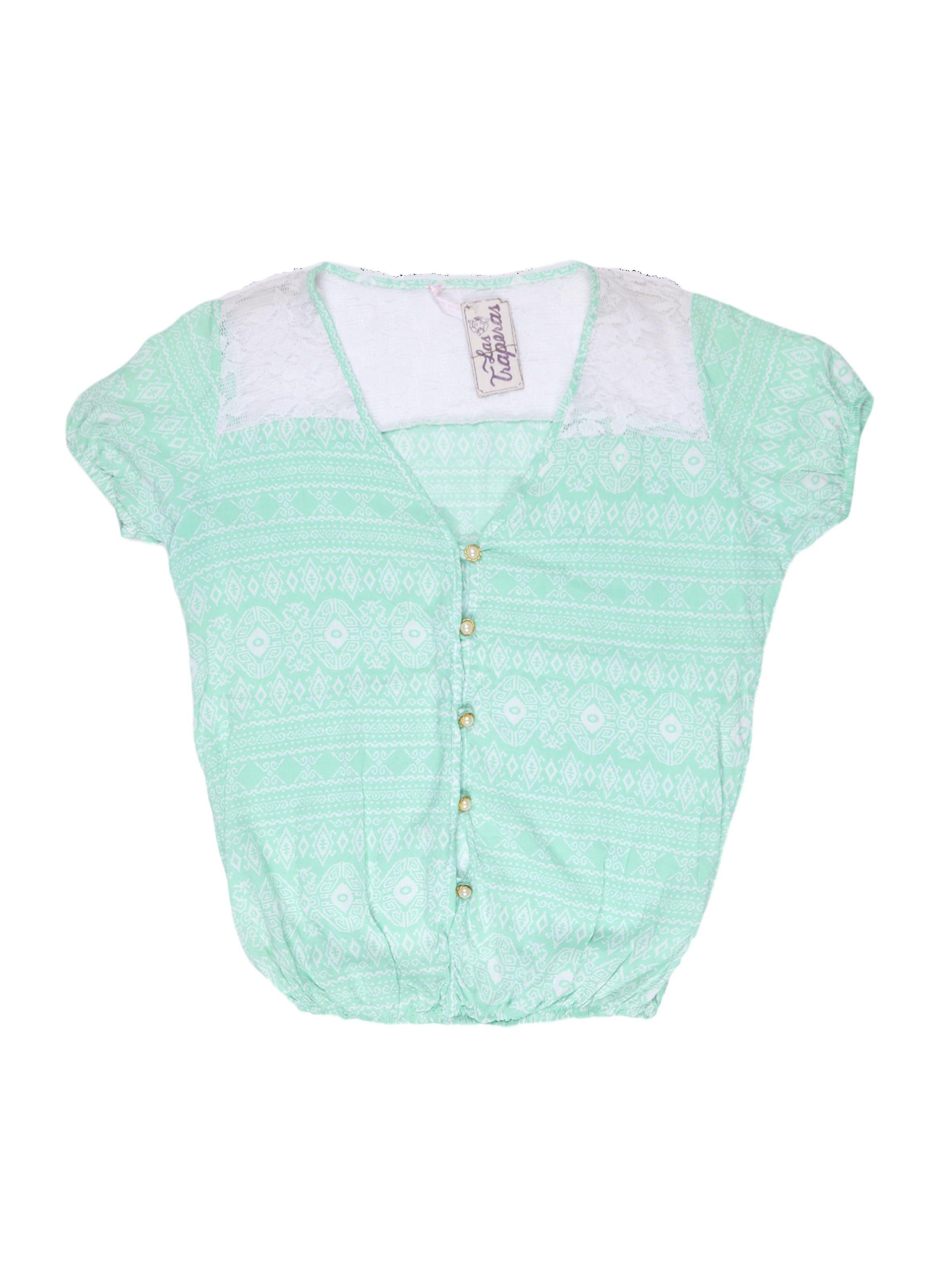 Blusa verde agua con estampado blanco, encaje en los hombros, escote en V con botones delanteros y elástico en la basta.